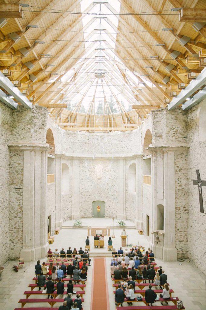 Svatba Neratov - Neratovský kostel s prosklenou střechou