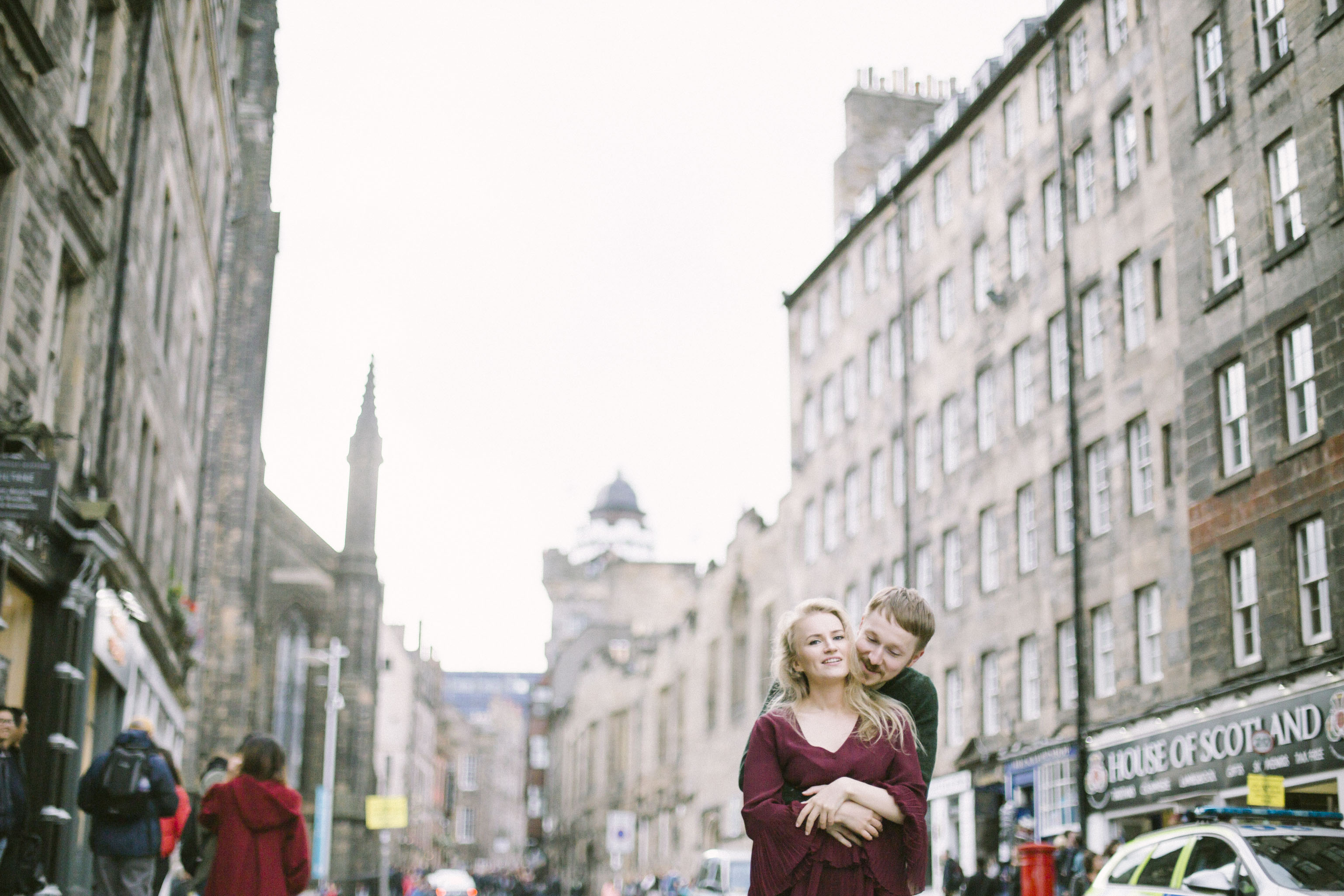 Royal Mile Edinburgh Street Old Town Couple Photoshoot | Pre Wedding Photography | Engagement Portraits Scotland | Destination Elopement | Elope in Edinburgh | Couple | Ceranna Photography | Natural Light Photographer