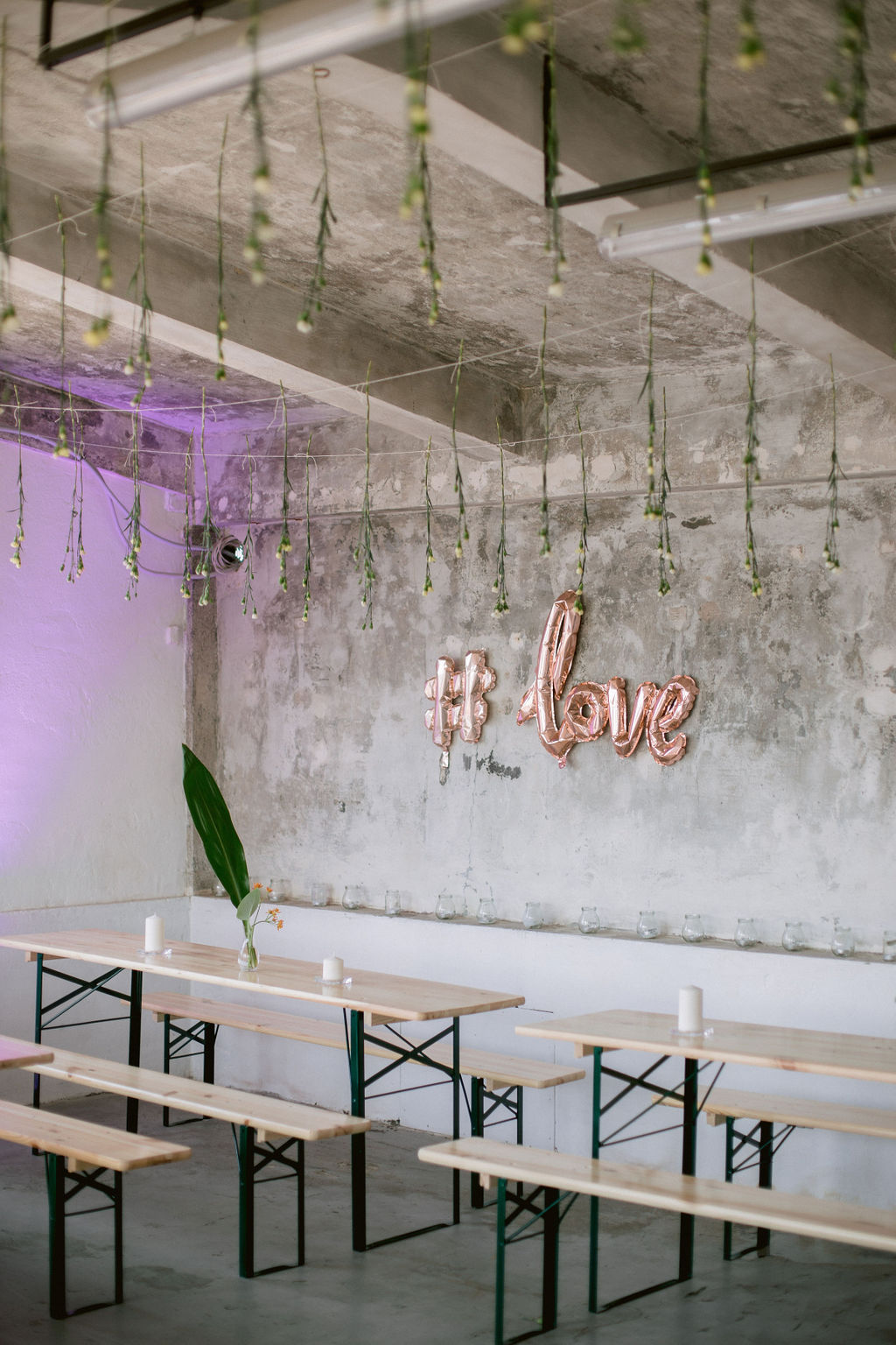 Inflatable love sign at Prague Rooftop Wedding | Umělecká originální svatba střecha Lucerny