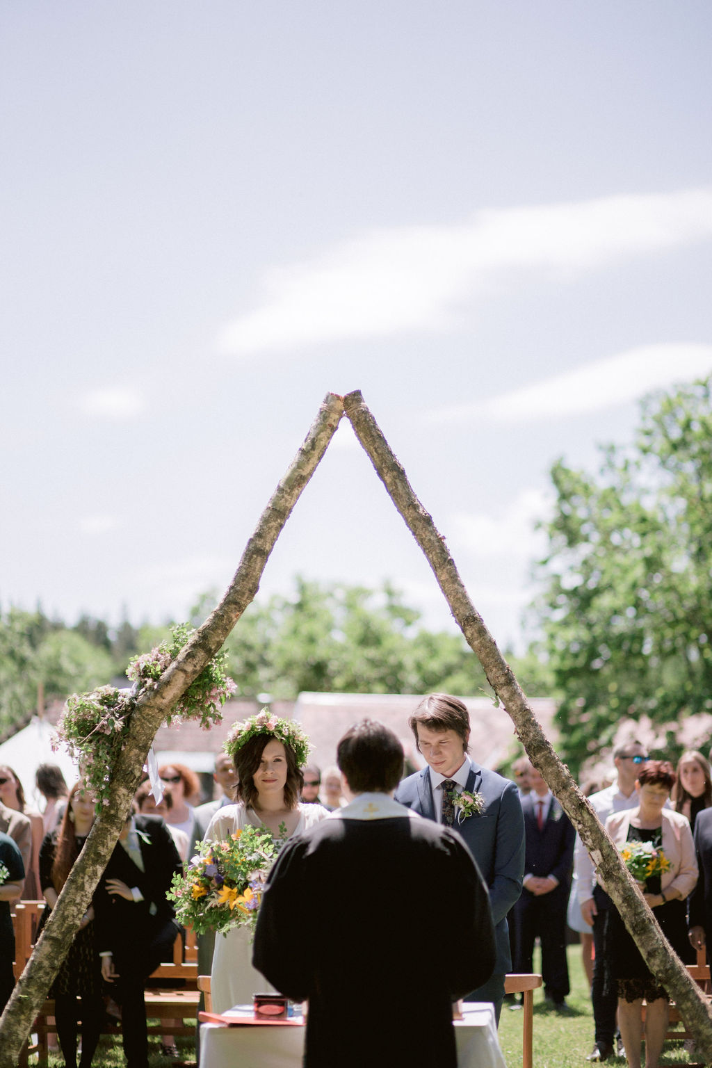 DIY Raw triangular wedding arch for outdoor wedding | Czech forest wedding
