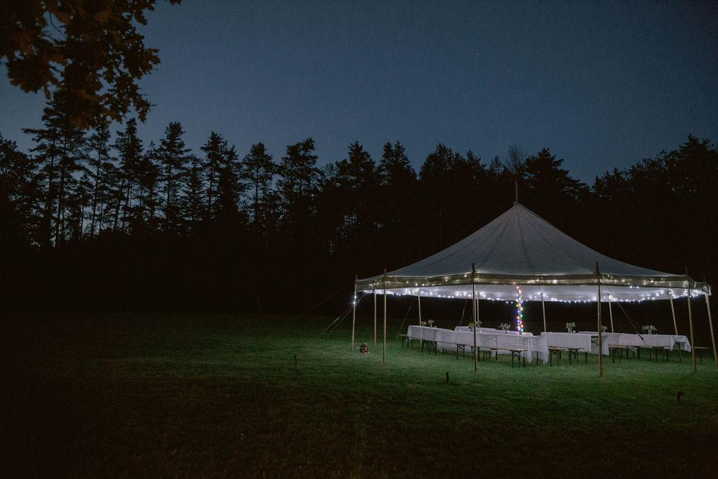 Divadelní šapitó připraveno pro muzikantskou svatbu.
