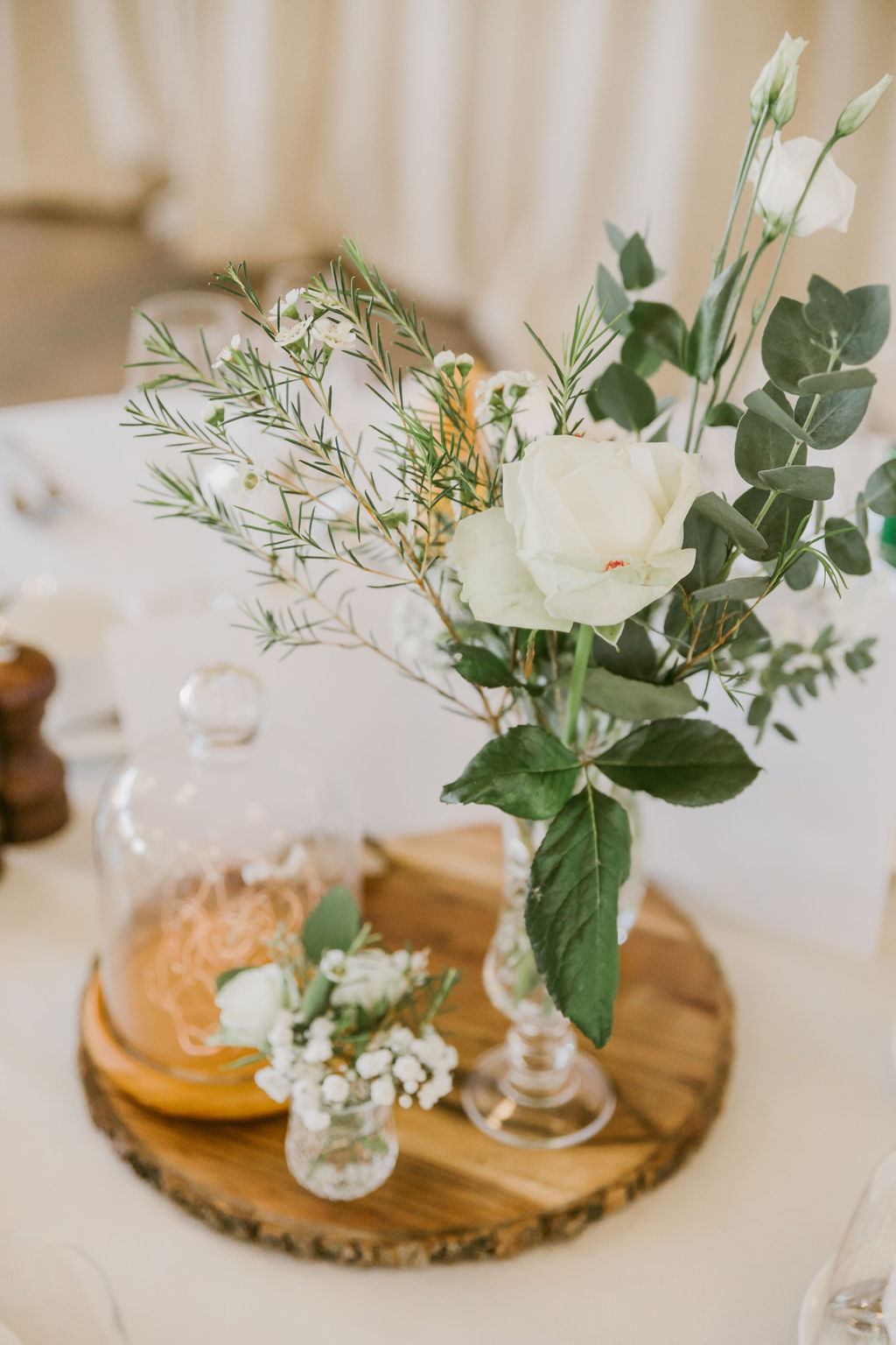 Simple green wedding table setting wit wooden slabs