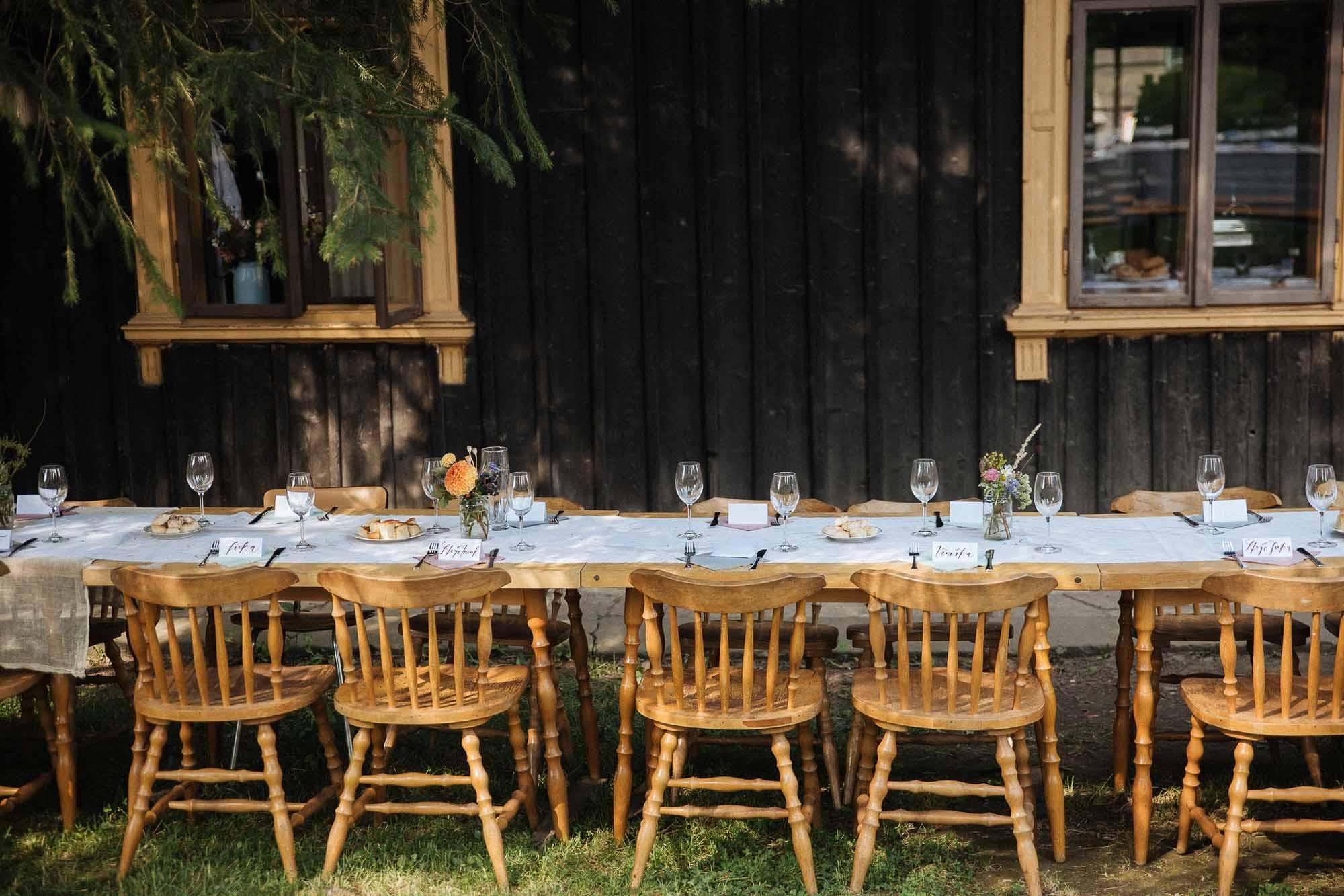 Podzimní svatební tabule s vintage židlemi