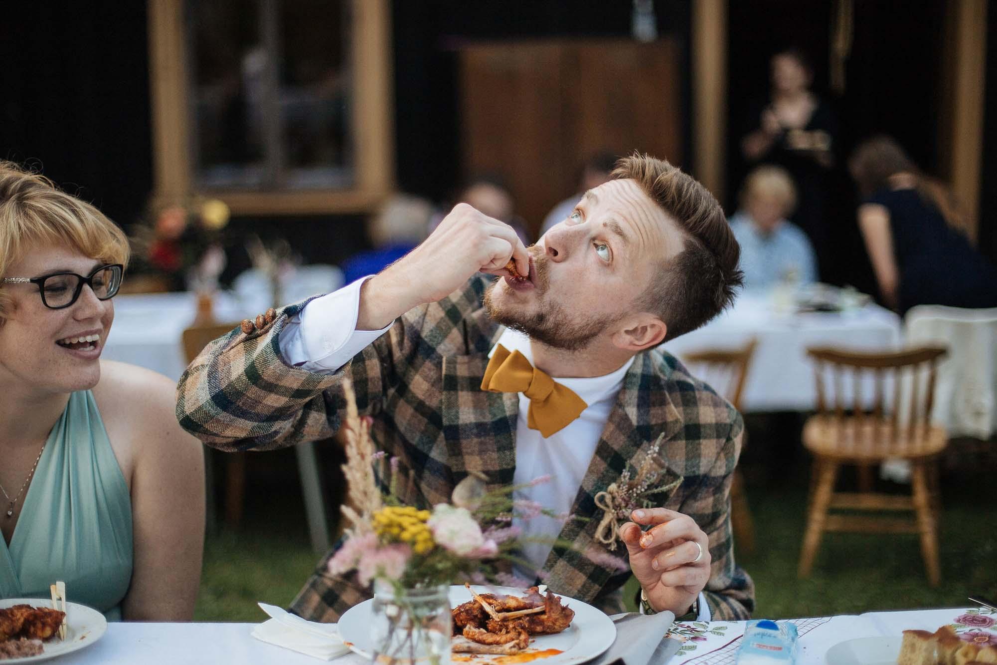 Tady se jedná o ženicha, ten jíst určitě může. ;)