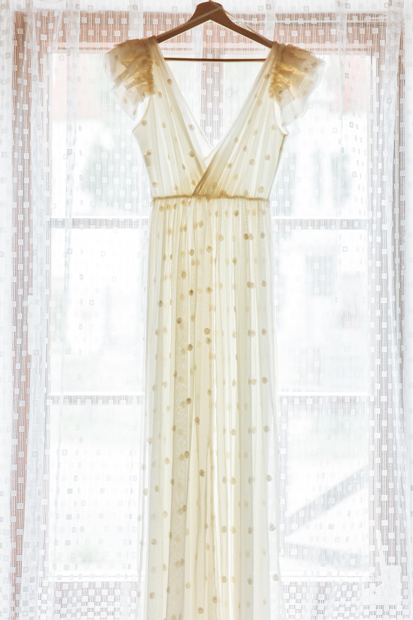 Svatební šaty s puntíky